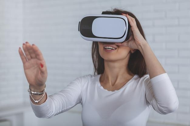Young woman wearing 3d virtual reality glasses Premium Photo