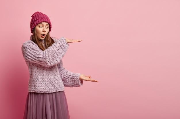 Giovane donna che indossa abiti invernali colorati Foto Gratuite