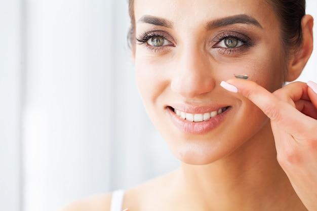 Young woman wearing contact lens Premium Photo