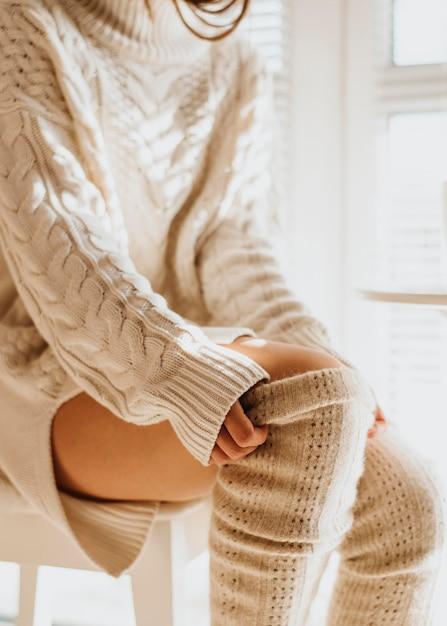 Giovane donna che indossa abiti invernali accoglienti Foto Gratuite