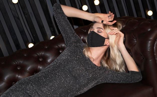 Молодая женщина в маске для лица дома Бесплатные Фотографии