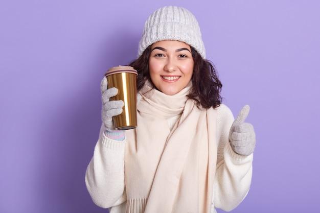 淡いピンクのスカーフを着た若い女性 無料写真