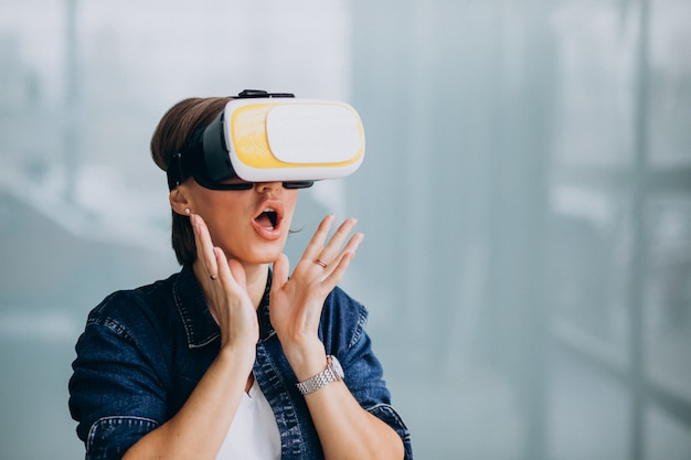Young woman wearing vr glasses Free Photo