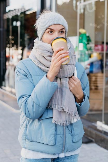 Giovane donna in abiti invernali all'aperto Foto Gratuite