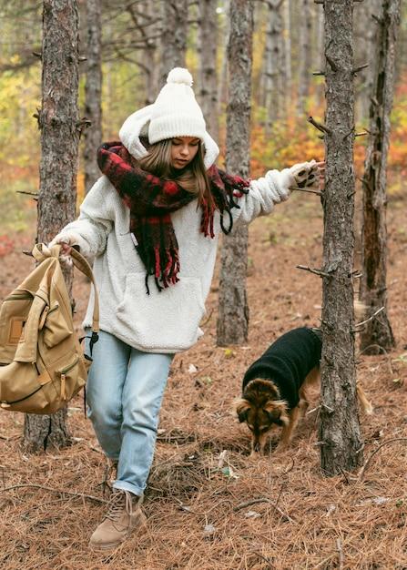 Giovane donna in abiti invernali con il suo cane Foto Gratuite