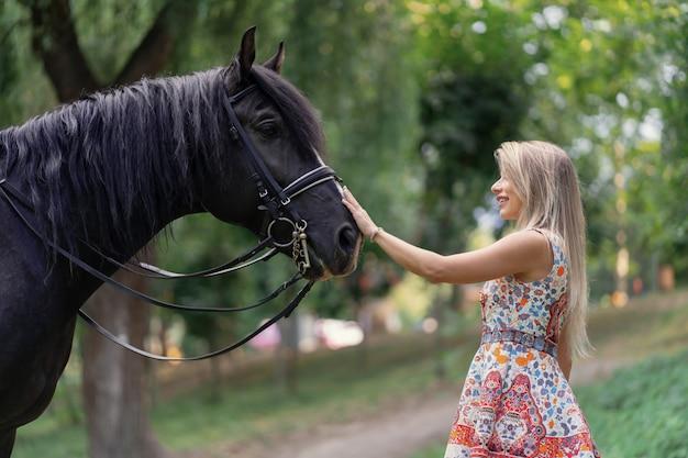 馬を持つ若い女 無料写真