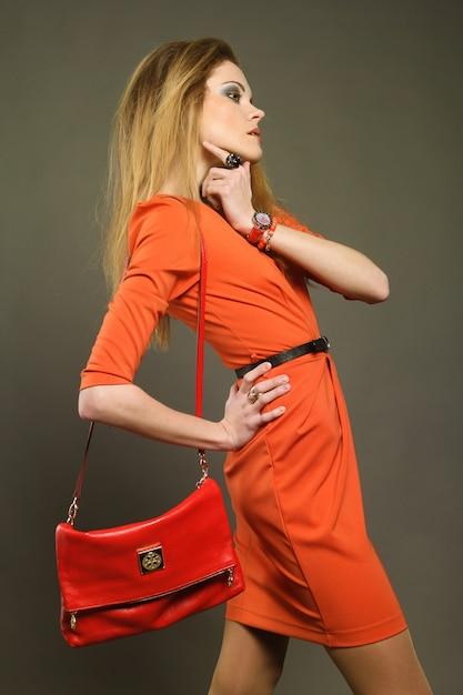 Молодая женщина с сумкой Premium Фотографии