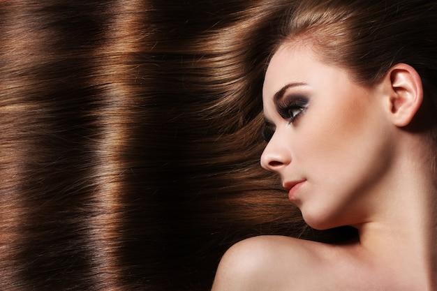 아름 다운 머리를 가진 젊은 여자 무료 사진