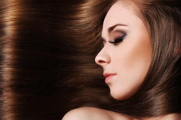 Giovane donna con bei capelli Foto Gratuite