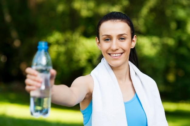 水のボトルを持つ若い女性 無料写真