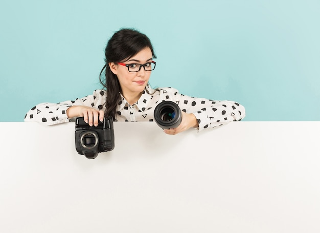 Young woman with camera and lens Premium Photo