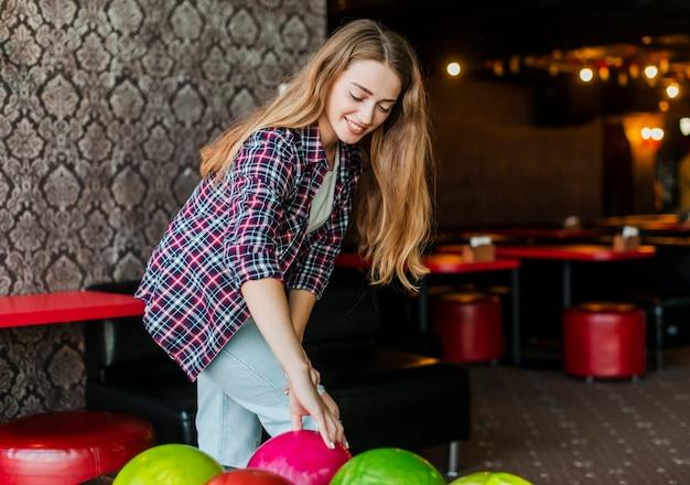 Giovane donna con le palle da bowling colorate Foto Gratuite