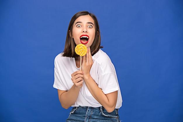 カラフルなロリポップを持つ若い女 無料写真