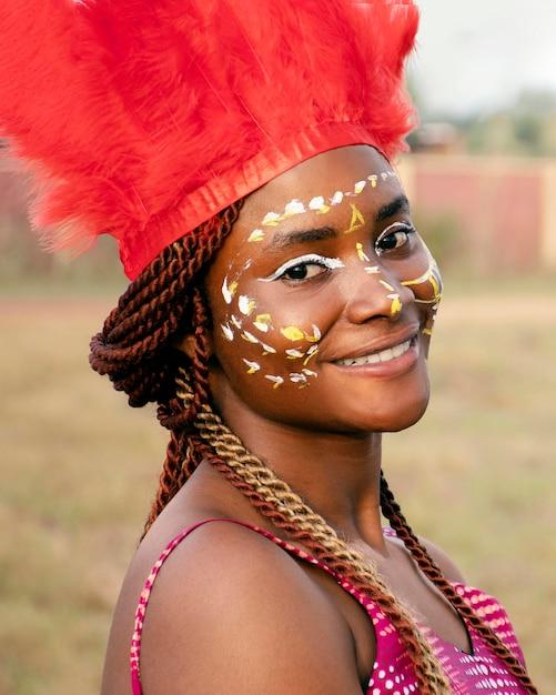 カーニバルの衣装を着た若い女性 無料写真