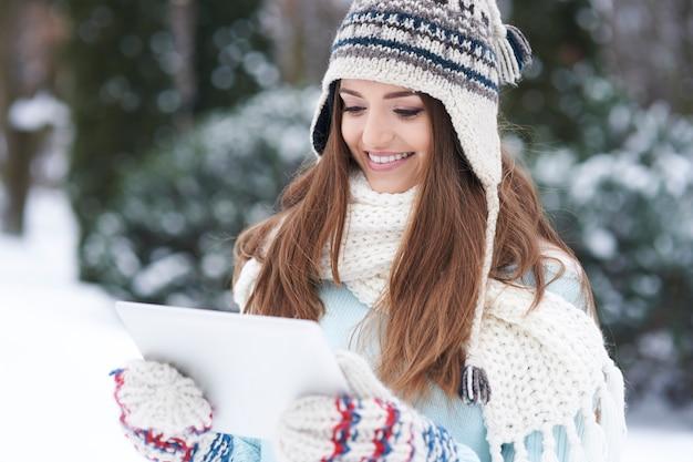 屋外でデバイスを持つ若い女性。 無料写真