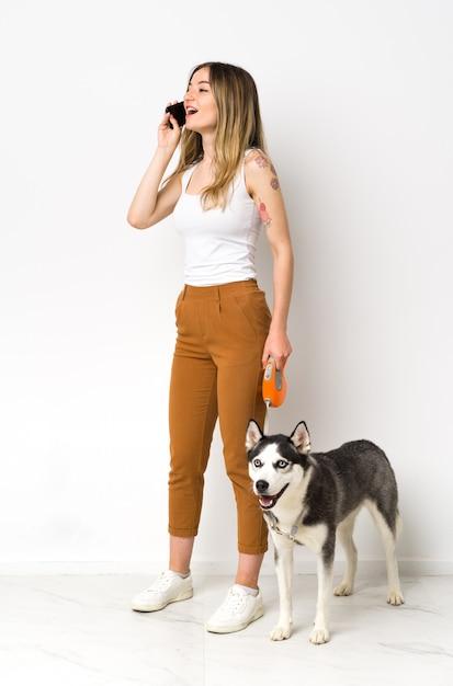 犬を持つ若い女 Premium写真