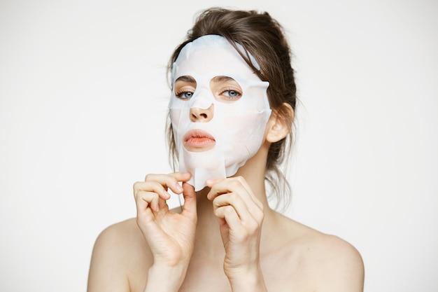 Молодая женщина с лицевой маской. салон красоты и косметологии. Бесплатные Фотографии