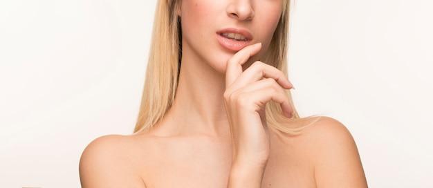 彼女のあごに手を持つ若い女性 無料写真