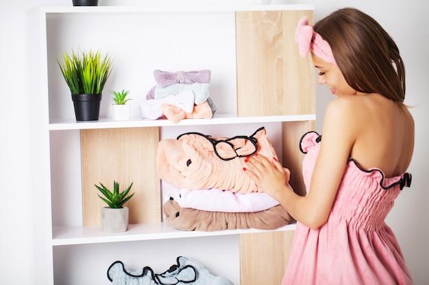 シャワーの後タオルドレスで健康な皮膚を持つ若い女性 Premium写真