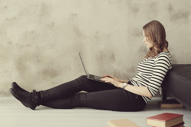 Young woman with laptop pc computer Free Photo