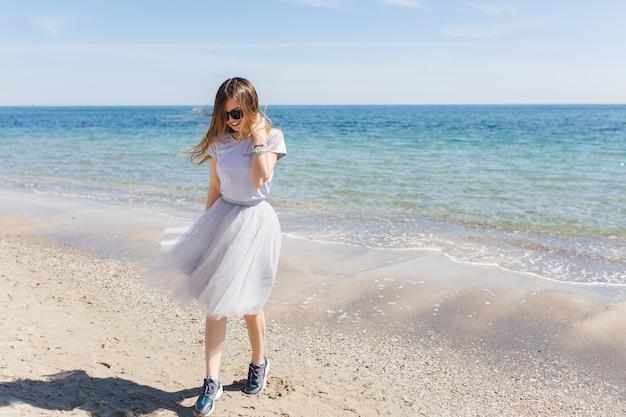青い髪の近くを歩いて長い髪の若い女性 無料写真