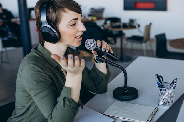 声優を録音するマイクを持つ若い女性 無料写真