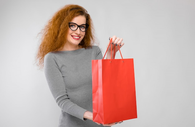 Young woman with paper bag Premium Photo