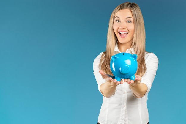 Young woman with a piggy bank Premium Photo