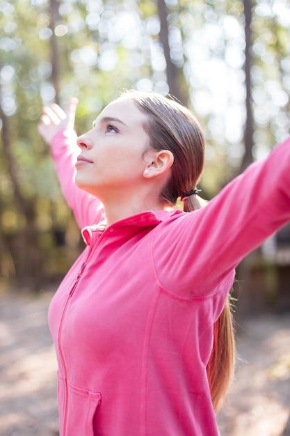 晴れた日の隆起した腕を持つ若い女性 無料写真