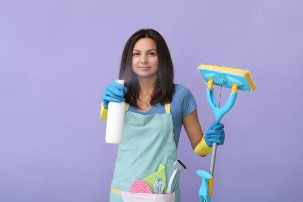 Giovane donna con guanti di gomma, pronta per la pulizia Foto Gratuite