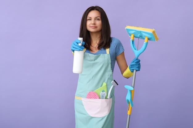 ゴム手袋をした若い女性、掃除の準備ができて 無料写真