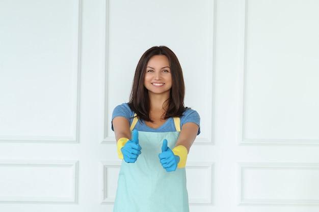 Молодая женщина с резиновыми перчатками, готовая к уборке Бесплатные Фотографии