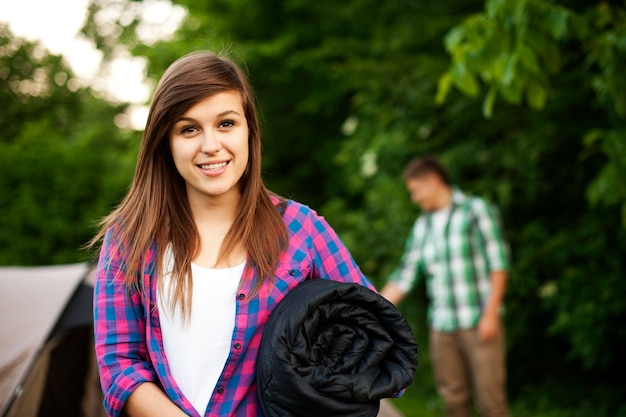 寝袋を持つ若い女性 無料写真
