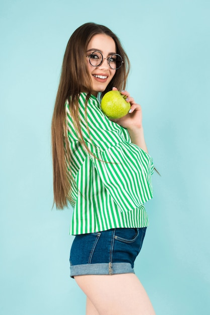 Young woman with two apples Premium Photo