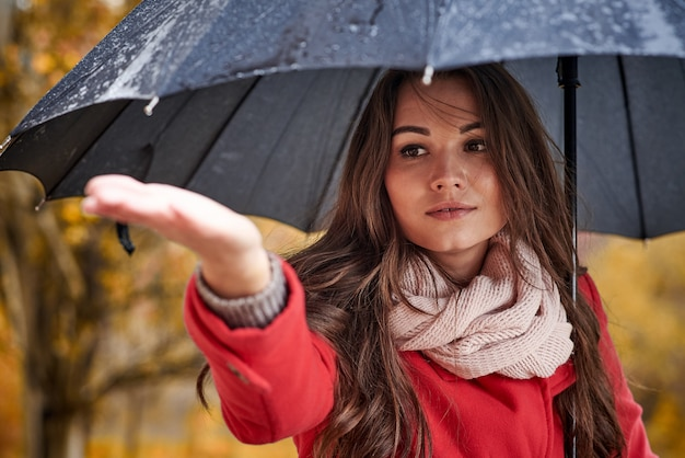 Young woman with umbrella in the autumn park. Premium Photo