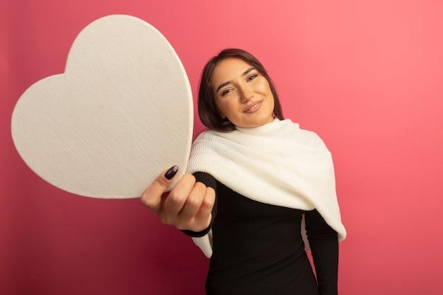 골 판지 마음을 정중 하 게 웃 고 보여주는 흰색 스카프로 젊은 여자 무료 사진