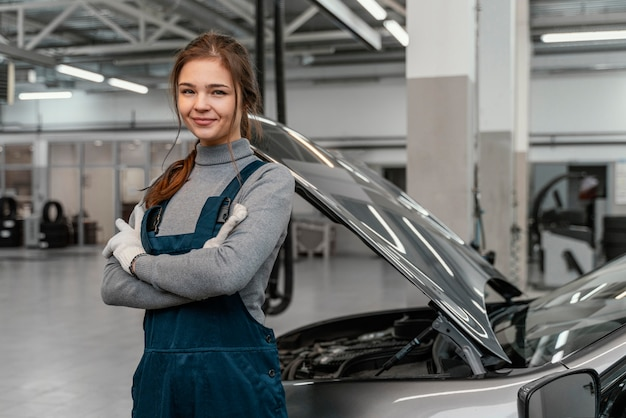Молодая женщина, работающая в автосервисе Бесплатные Фотографии
