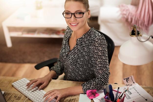 Giovane donna che lavora a casa in ufficio Foto Gratuite