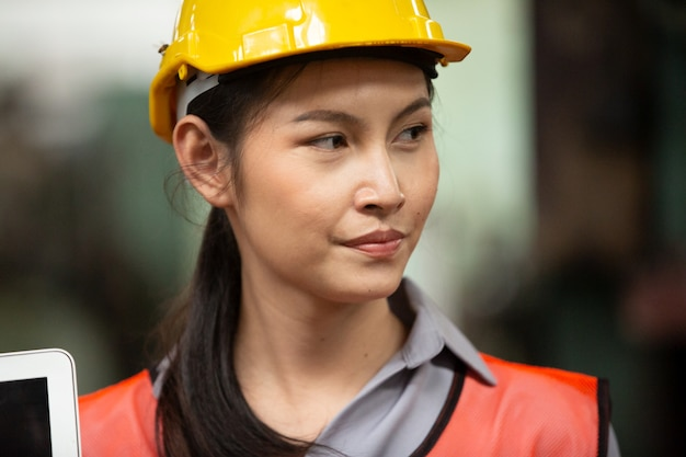 장인 육체 노동자로 워크샵에서 일하는 젊은 여자 프리미엄 사진
