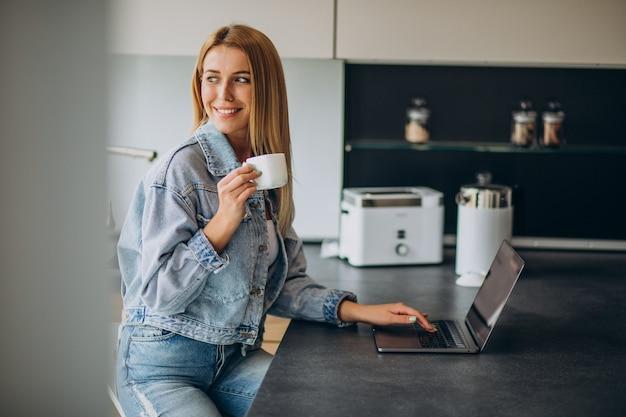 自宅からコンピューターに取り組んでいる若い女性 無料写真