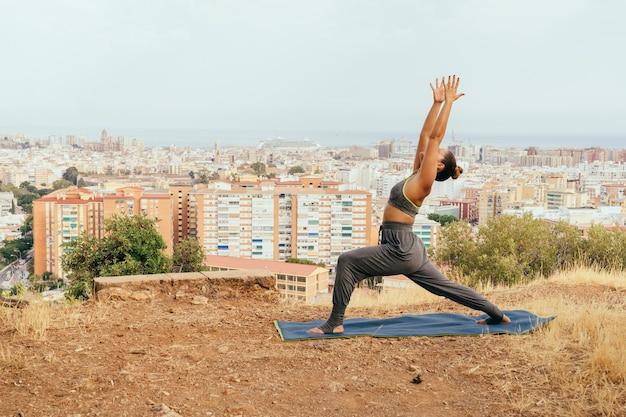 Giovane, donna, yoga, città, dietro Foto Gratuite