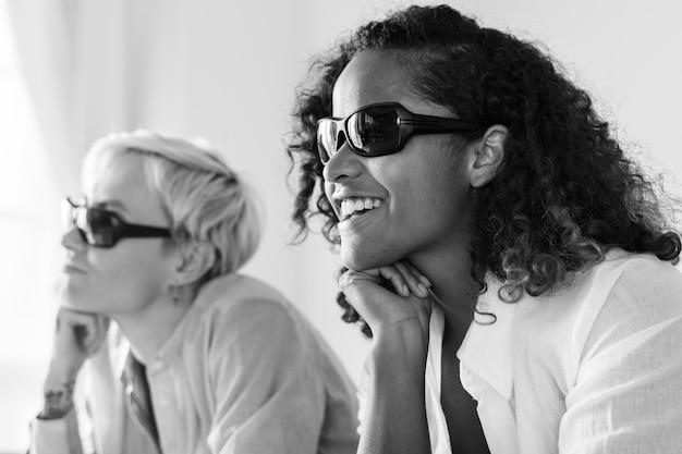 Giovani donne che guardano film tridimensionale Foto Gratuite