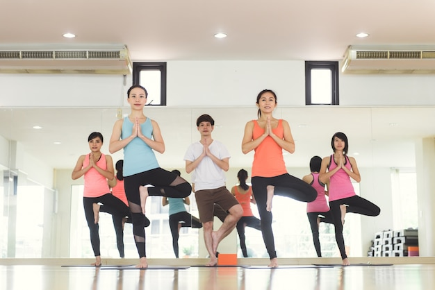 Le donne giovani yoga all'interno mantengono la calma e meditano mentre praticano lo yoga per esplorare la pace interiore. yoga e meditazione hanno buoni benefici per la salute. concetto fotografico per yoga sport e stile di vita sano Foto Gratuite