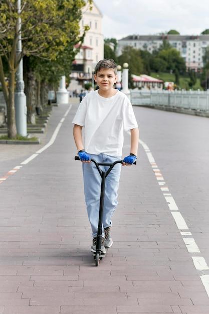 Молодой человек на открытом воздухе на вид спереди скутера Бесплатные Фотографии
