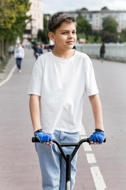 Малышка на открытом воздухе на скутере Бесплатные Фотографии
