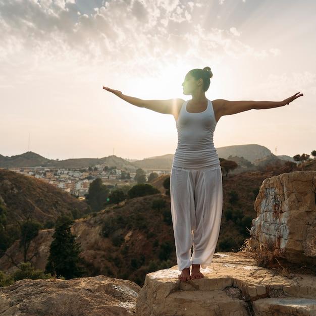 Giovane donna, yoga, natura e tramonto Foto Gratuite