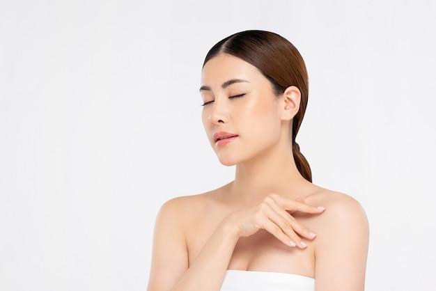 目を閉じて白い背景に若々しい明るい肌かなりアジアの女性 Premium写真