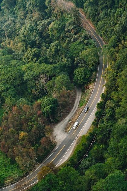 ゴンドラからその景色を走っている車のある道路は、台湾南投県yuchi郷の日月潭ロープウェイエリアにあります。 Premium写真