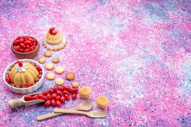 Вкусный простой торт со сливками и свежим арахисом, красный кизил на ярком светлом столе, бисквитный торт, сладкий орех и ягода Бесплатные Фотографии
