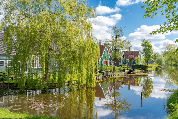 Zaanse schansオランダのzaandamの近隣 Premium写真